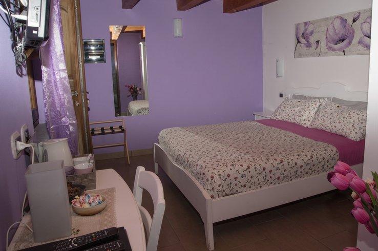 Camere Da Letto Matrimoniali Romantiche : Camera violetta